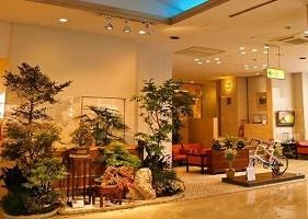 明るく開放的なロビーとフロントでお客様をお迎えいたします。