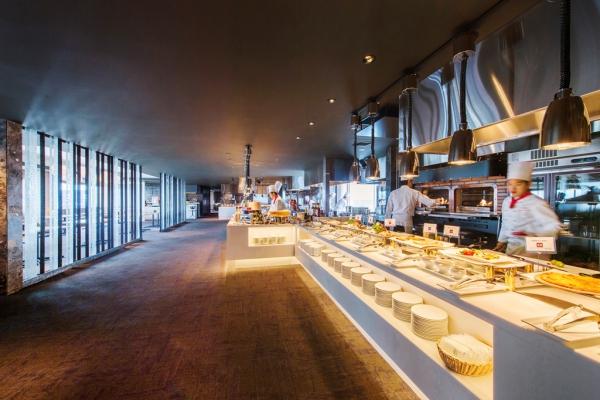 朝食会場は広々で開放感たっぷり
